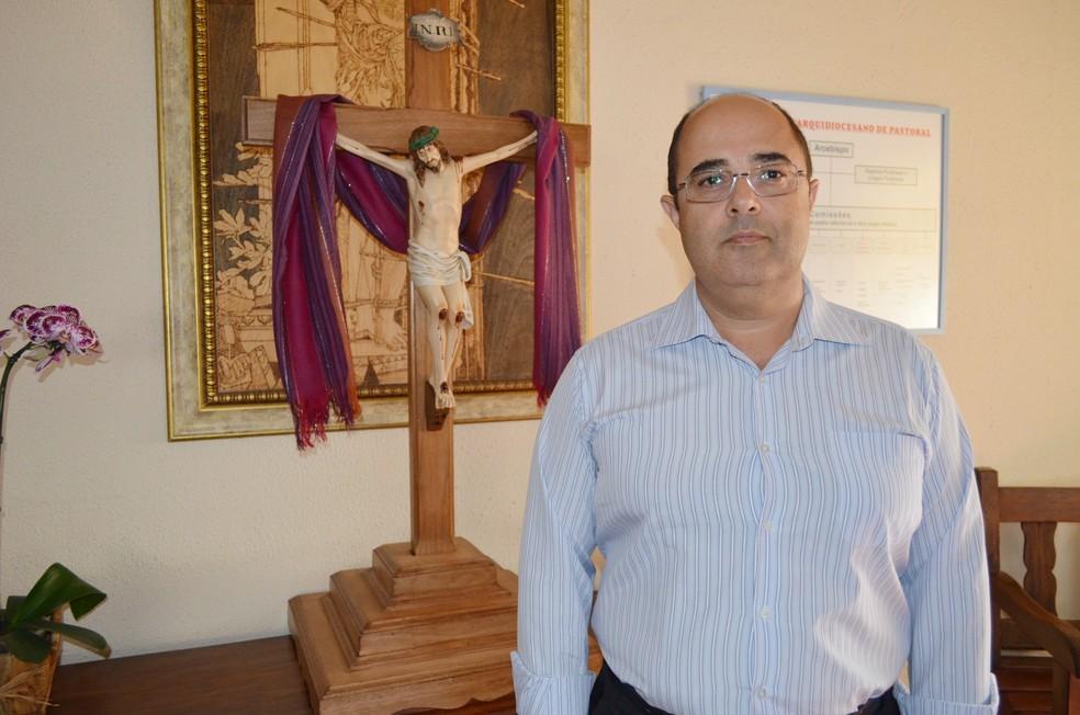 Padre José Sidnei de Lima diz que fiéis católicos ficaram revoltados com material distribuído em Taquaritinga (Foto: Adriano Oliveira/G1)