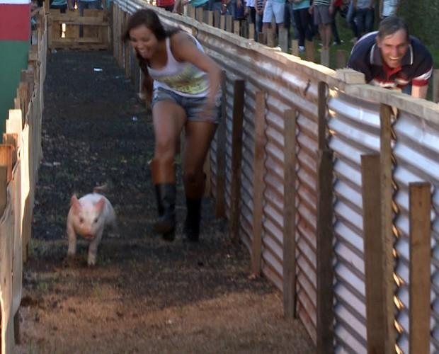 Ela correu atrás do porco! (Foto: Reprodução / TV Globo)