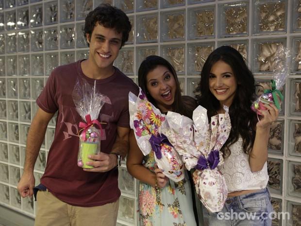 Manu Gavassi, Ronny Kriwat e Polliana Aleixo se divertem com chocolates durante as gravações (Foto: Fábio Rocha / TV Globo)