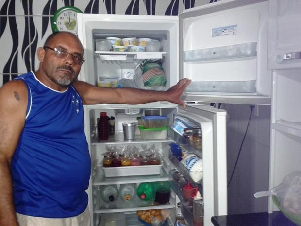 Vendedor  diz ter perdido dia de trabalho, por causa da falta de energia (Foto: Michelly Oda / G1)