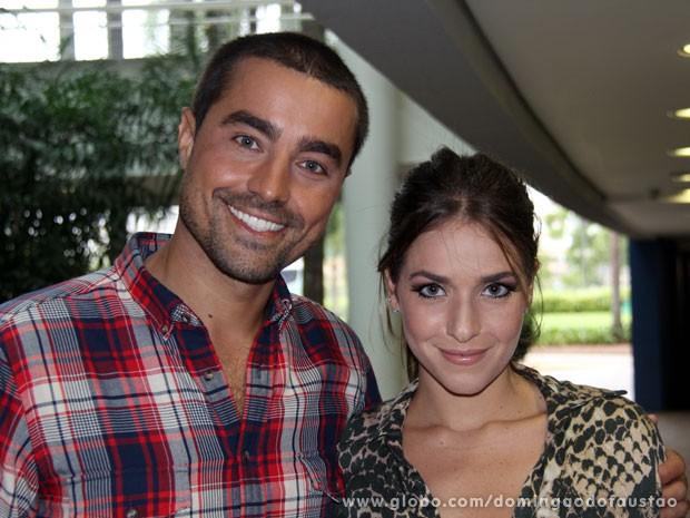 Ricardo Pereira posa com 'nova companheira' Monique Alfradique (Foto: Domingão do Faustão/ TV Globo)
