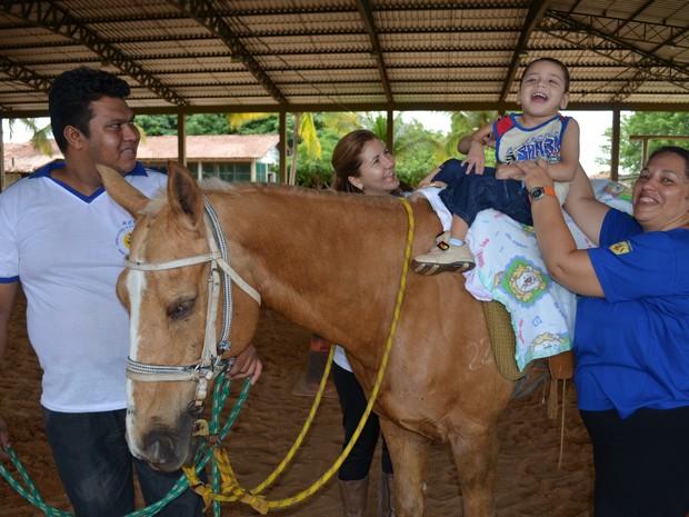 Contato com o cavalo é fundamental na melhora do comportamento e autoestima dos praticantes (Foto: Rodrigo Menaros / G1 RR)