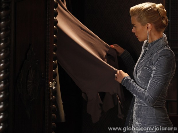 Iolanda fica chocada quando vê suas roupas rasgadas. Quem será que fez isso? (Foto: Pedro Curi / Tv Globo)