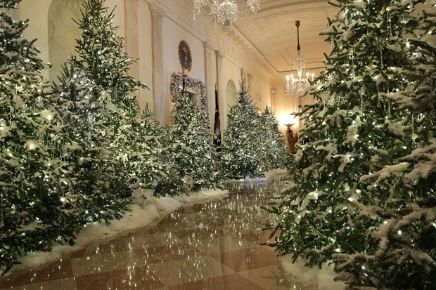 "WASHINGTON, DC - NOVEMBER 27:  The Cross Hall at the White House during a press preview of the 2017 holiday decorations November 27, 2017 in Washington, DC. The theme of the White House holiday decorations this year is ""Time-Honored Traditions.""  (Photo b (Foto: Getty Images)"