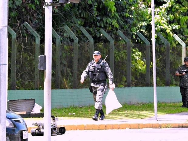 Destroços da suposta bomba serão enviados para perícia (Foto: Adneison Severiano/G1 AM)