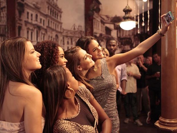 Bruna aproveita intervalo para fazer uma foto com as colegas de trabalho (Foto: Salve Jorge/TV Globo)