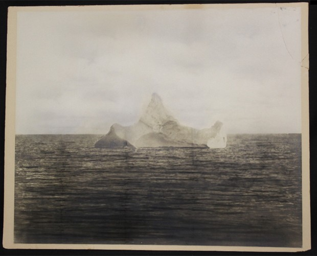 Possível única foto do iceberg que causou o naufrágio do Titanic também foi leiloada na Inglaterra (Foto: Divulgação/Henry Aldridge & Son)