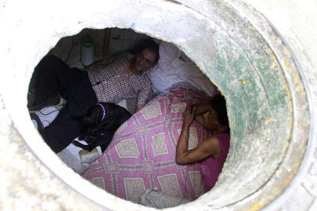 Miguel Restrepo e sua mulher, Maria Garcia, vivem há 22 anos no esgoto abandonado. (Foto: Albeiro Lopera/Reuters)