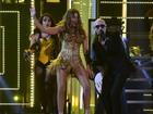 Sofia Vergara exibe as pernas em performance com Pitbull no Grammy
