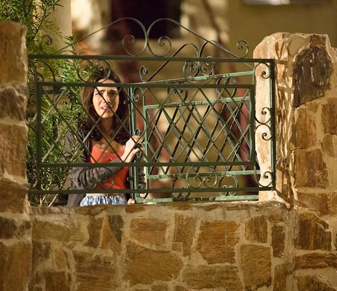 Shirlei vê o beijo de Carmela e Adônis (Foto: Fabiano Battaglin/Gshow)