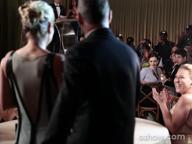 Falsa! Inês aplaude quando Heloísa sobre ao palco (Foto: Pedro Curi/TV Globo)
