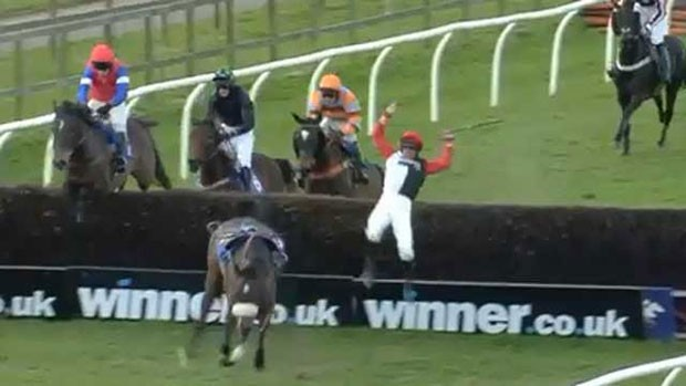 Jóquei levou tombo espetacular durante corrida de cavalos na Inglaterra (Foto: Reprodução/YouTube/Racing UK)