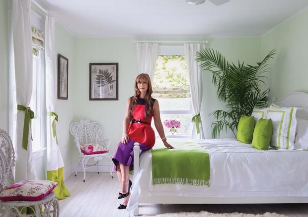 No quarto, uma versão esmaecida do tom colore as paredes, enquanto a saturada e elétrica se limita aos adereços (Foto: Dean Kauffman/Arquivo Vogue)