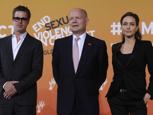 Brad Pitt, William Hague, ministro das Relações Exteriores da Grã-Bretanha e Angelina Jolie em evento em Londres, na Inglaterra (Foto: Luke MacGregor/ Reuters)