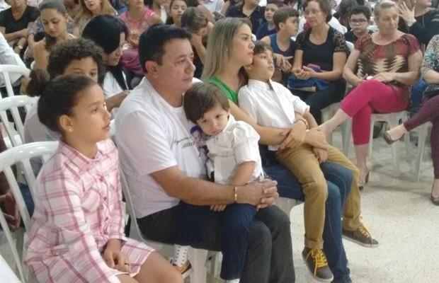 João Reis e os netos, Bernardo e João Gabriel, filhos de Cristiano, na missa, em Goiás (Foto: Sílvio Túlio/G1)