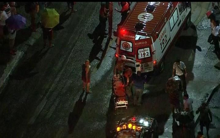 Bombeiros trabalham no atendimento aos feridos após acidente com trens em Mesquita, no Rio de Janeiro