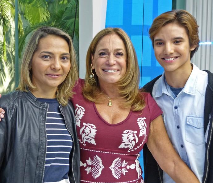 Susana Vieira posa com Francineide e Felipe do primeiro 'Caso Verdade' (Foto: Brunella Menezes / Gshow)