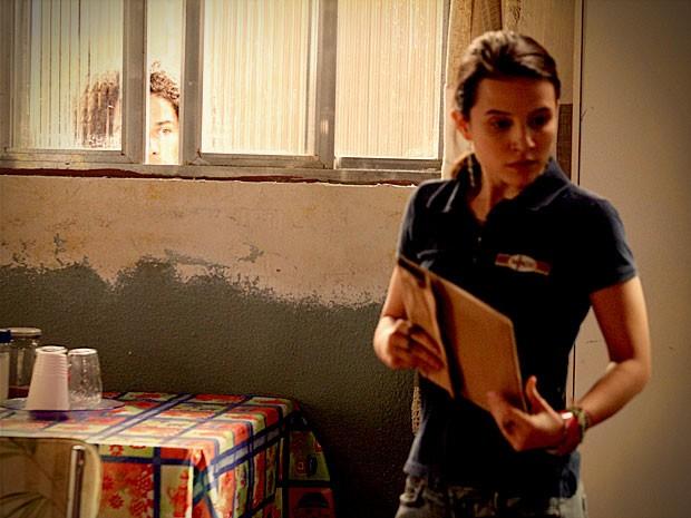 Valdo flagra a namorada com provas contra Carminha (Foto: Avenida Brasil/TV Globo)