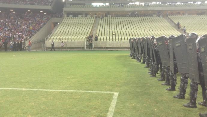 Polícia tenta evitar segunda invasão no Clássico-Rei decisivo (Foto: Thaís Jorge)