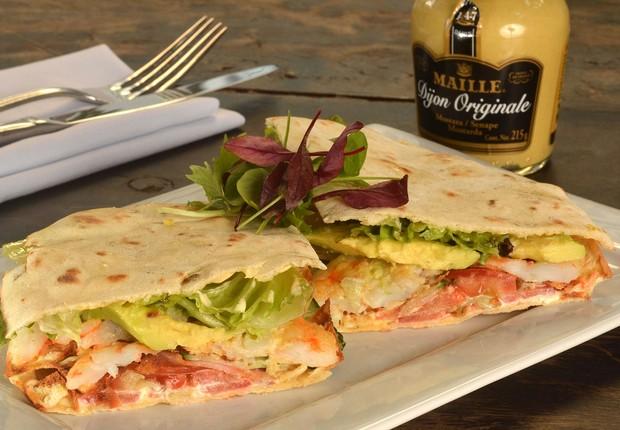 Club aux Crevettes à Nôtre Façon, o sanduíche do Bagatelle que leva camarão grelhado, servido com omelete com bacon, salada, guacamole e crème fraîche cítrico no pão piadina (Foto: Divulgação)