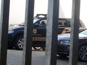 Operação da Polícia Federal cumpriu mandado de busca e apreensão em condomínio de Geddel (Foto: Clériston Santana/TV Bahia)