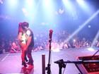 Anitta ganha 'chega mais' de fãs durante show em boate carioca