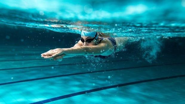 Natação é um dos exercícios mais recomendados para quem tem dores nas costas (Foto: Thinkstock/BBC)