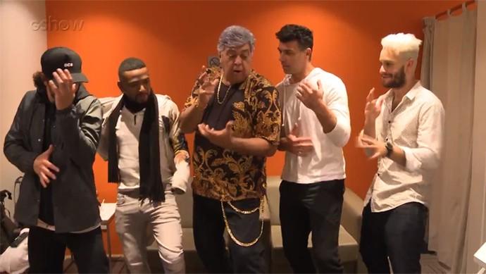 Sidney Magal ensina os colegas a dançar como ele (Foto: Reprodução)