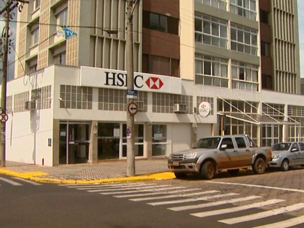 Caixas eletrônicos da agência do HSBC ficam muito perto das colunas de sustentação do edifício (Foto: Maurício Glauco/EPTV)