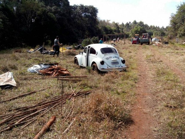 Após saírem do Instituto Florestal, famílias montaram acampamentos em terreno da ALL (Foto: Carlos Alberto Soares/ TV TEM)