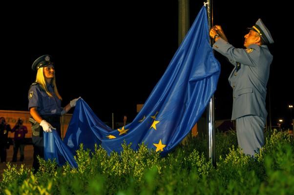 Bandeira da União Europeia é hasteada em Bregana, na Croácia, durante cerimônia de comemoração da entrada do país para o país europeu (Foto: AP Photo/Nikola Solic)