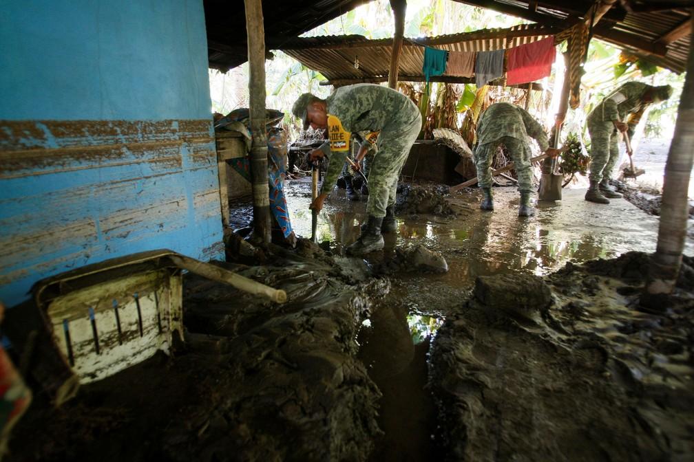 Soldados removem lama de causa danificada pelas chuvas da tempestade tropical Beatriz em Santa Maria Tonameca  (Foto: REUTERS/Jorge Luis Plata)