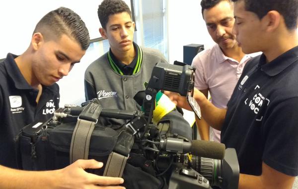 O repórter cinematográfico da EPTV Pedro Santana conversando com os alunos (Foto: divulgação EPTV)