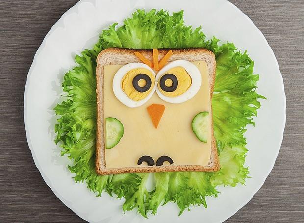 O pão de forma com queijo fica muito mais legal quando transformado em corujinha (Foto: ThinkStockPhotos)
