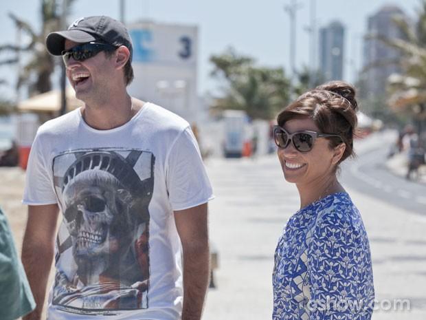 O diretor Leonardo Nogueira e Giovanna Antonelli se divertem nos bastidores (Foto: Inácio Moraes / TV Globo)