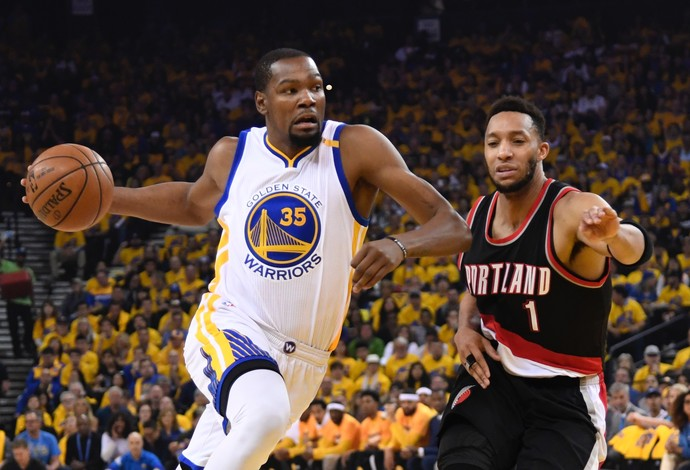 Kevin Durant, do Golden State Warriors, disputa lance com Evan Turner, do Portland Trail Blazers (Foto: Reuters/ Kyle Terada-USA TODAY Sports)