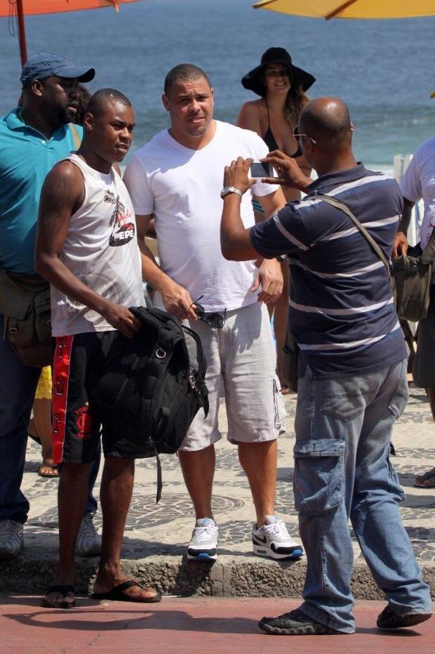 Ronaldo grava na orla do Leblon (Foto: J. Humberto / AgNews)