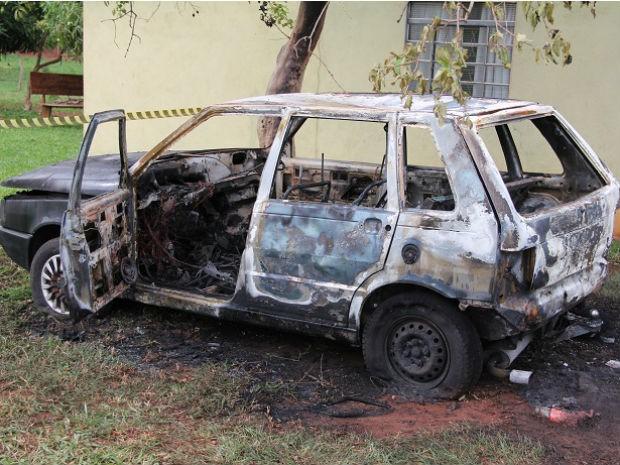Carro ficou destruído após incêndio no bairro Irman Ribeiro (Foto: Sandro de Almeida/Jornal da Nova)