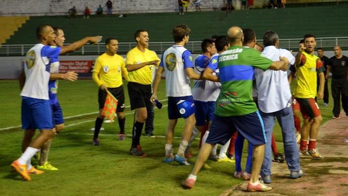 Confusão durante jogo entre Atlético-AC e Galvez, no Florestão (Foto: Nathacha Albuquerque)