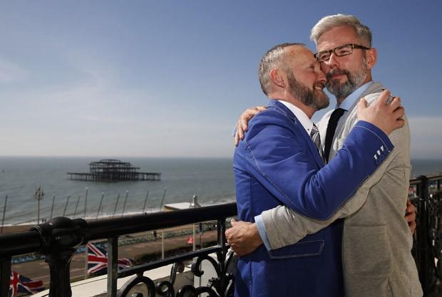Andrew Wale e Neil Allard posam para foto após casamento em Brighton (Foto: Luke MacGregor/Reuters)