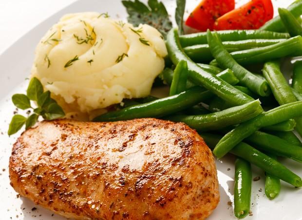 frango; legumes; alimentacao (Foto: Shutterstock)