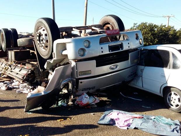 Caminhão bateu em carro depois de tombar (Foto: Blog do Leo Santos)