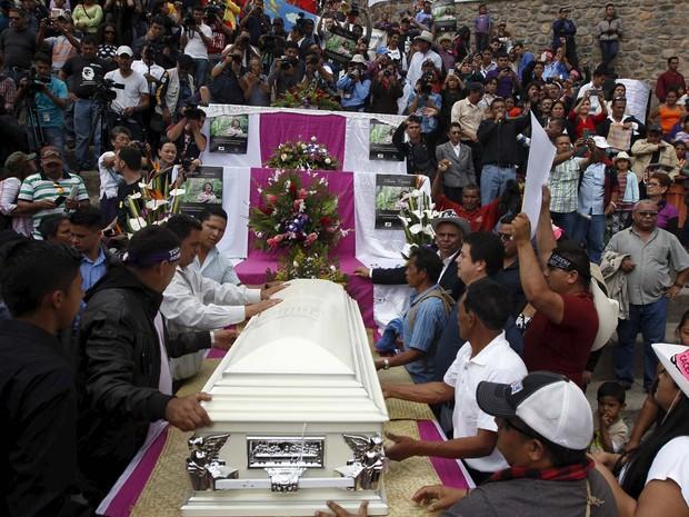Milhares de pessoas acompanham neste sábado (5) enterro de ambientalista em Honduras (Foto: REUTERS/Jorge Cabrera)