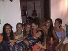 Isis Valverde se diverte com Luiza Brunet em Trancoso, na Bahia