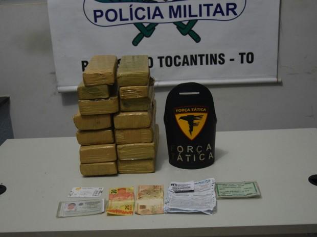 Jovem é preso suspeito de  transportar maconha em mochila (Foto: PM/ Divulgação)