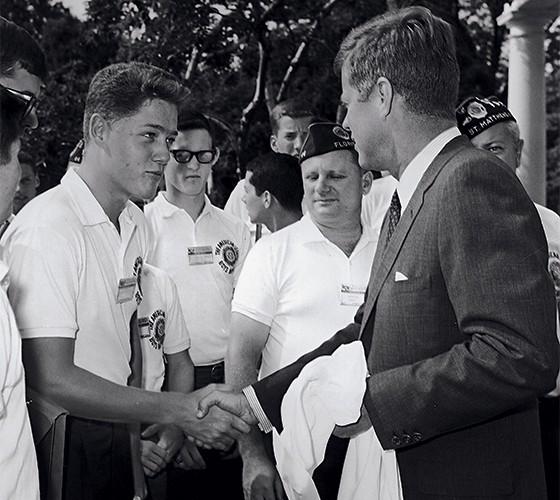 Clinton, aos 16 anos, com o presidente John Kennedy (Foto: Arnold Sachs/Getty Images)