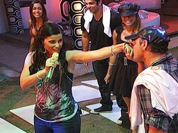 A cantora Nelly Furtado deu o ar da graça e mostrou o seu talento musical para Cadu, Dicesar, Dourado, Fernanda e Lia (Foto: Big Brother Brasil / Globo.com)
