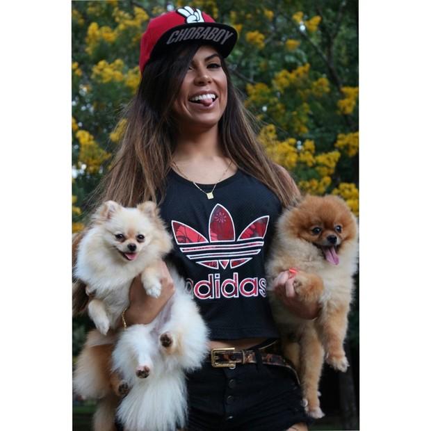 Priscila Rocha posa com seus cães (Foto: Reprodução/Arquivo Pessoal)