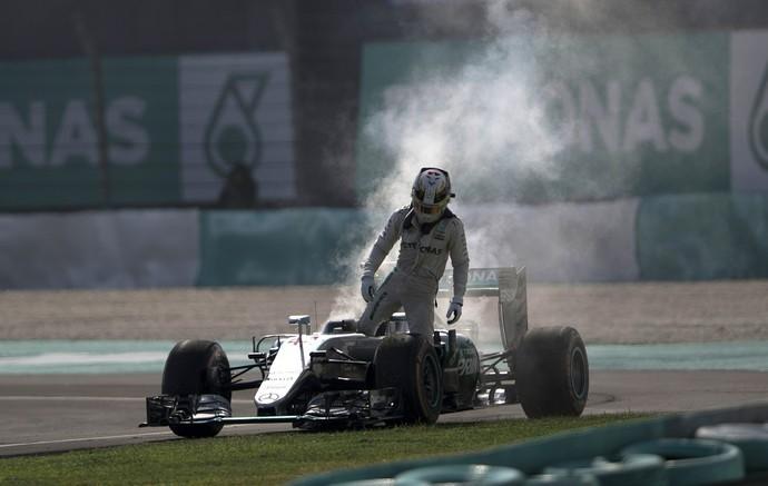 Motor de Lewis Hamilton quebra no GP da Malásia (Foto: AP)