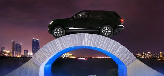 Land Rover Range Rover atravessa ponte de papel para comemorar 45 anos (Foto: Land Rover)